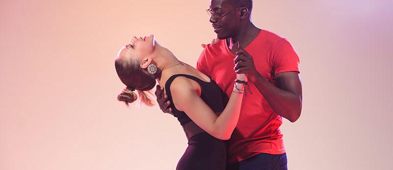 ECLA-Auriol-centre-culture-loisirs-activites-adultes-bachata-danse-couple-salon-